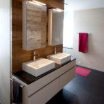 Bild eines Bades mit Holzwand und Hochglanzmöbel