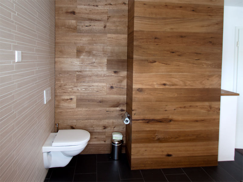 Bad mit Holzwand