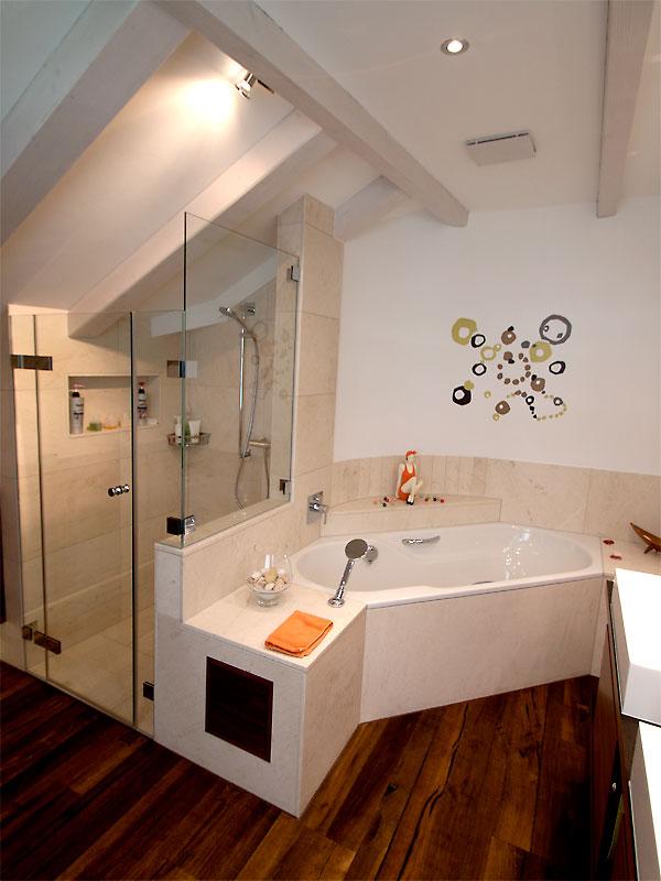 Ein Holzboden in einem Bad