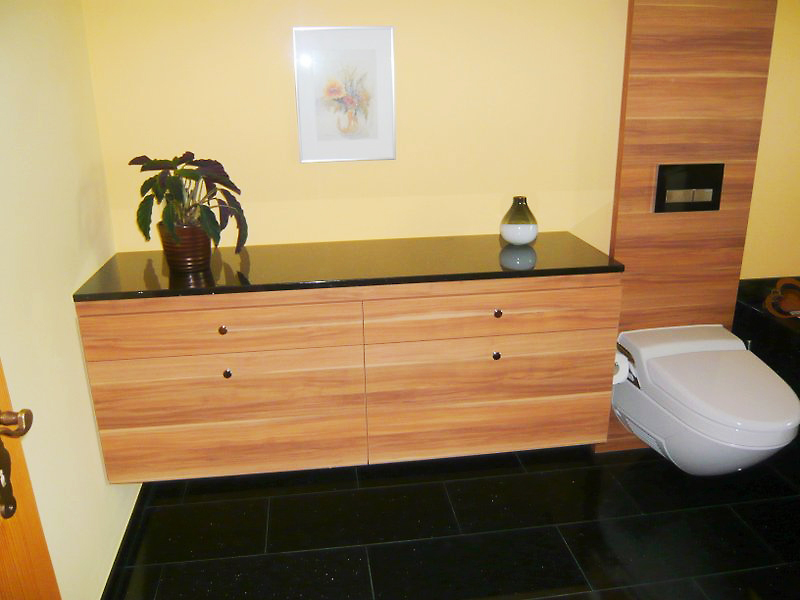 Ein Möbel im Bad