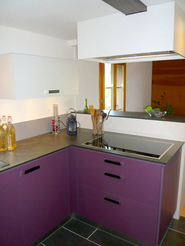 Bild einer Küche aus Weiss und Violett